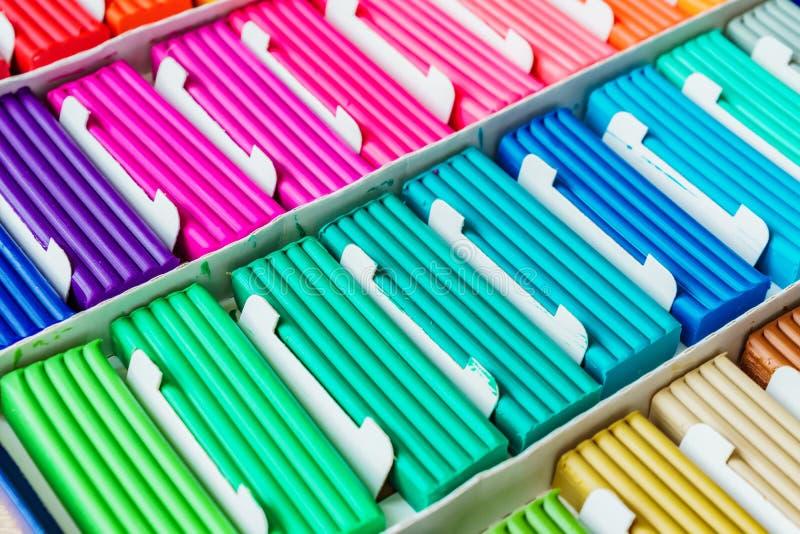 Cores do arco-íris da argila de modelagem Caixa colorido do ina das barras do plasticine, textura do fundo fotos de stock royalty free