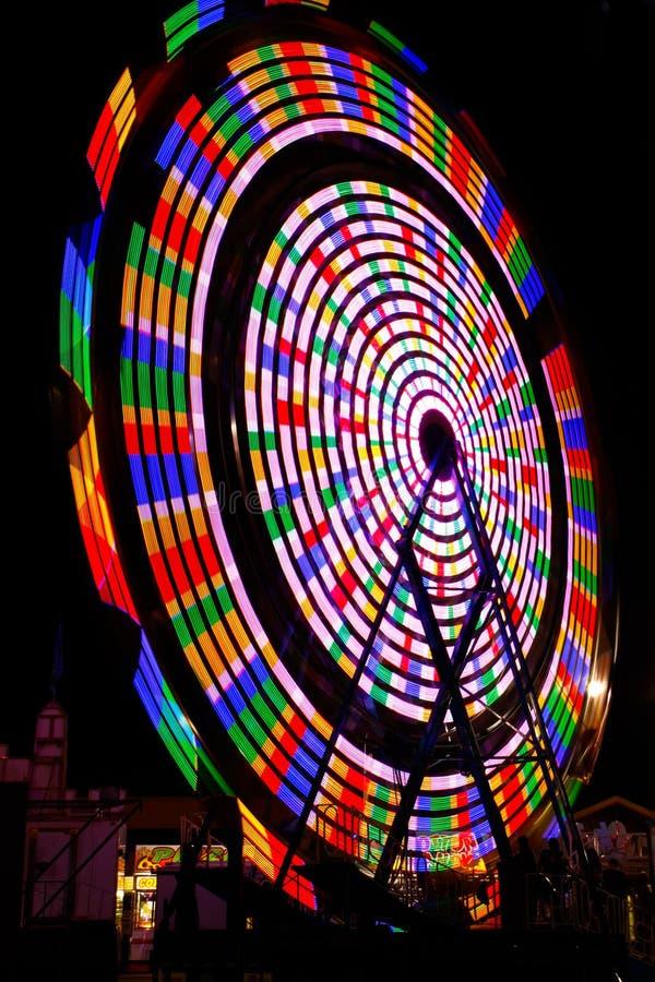 Cores do arco-íris da roda de Ferris na noite fotografia de stock royalty free