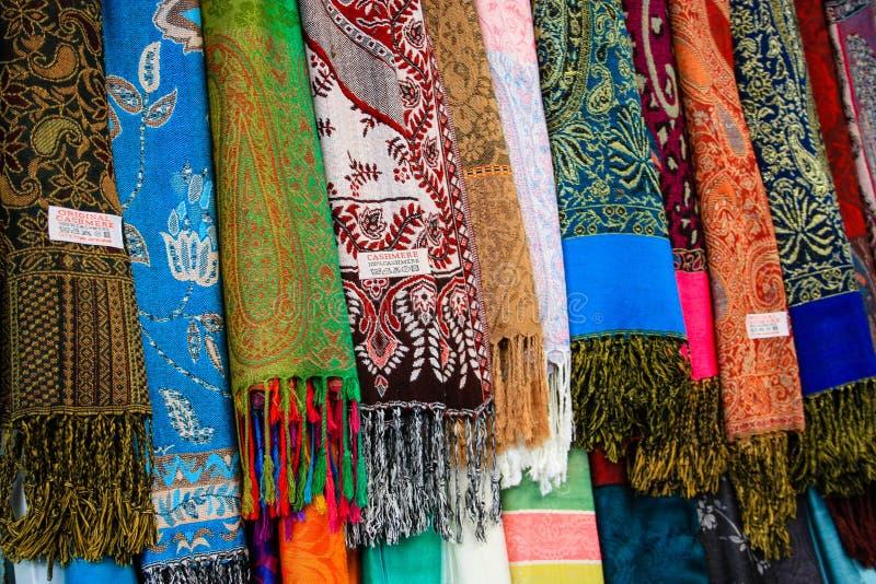 Cores do bazar da cidade velha do Jerusalém em Israel imagens de stock