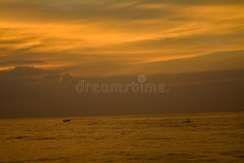 Cores do céu do nascer do sol com mar imagem de stock royalty free