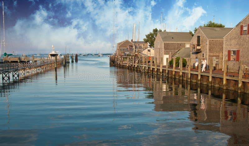 Cores do céu sobre casas de Nantucket foto de stock royalty free