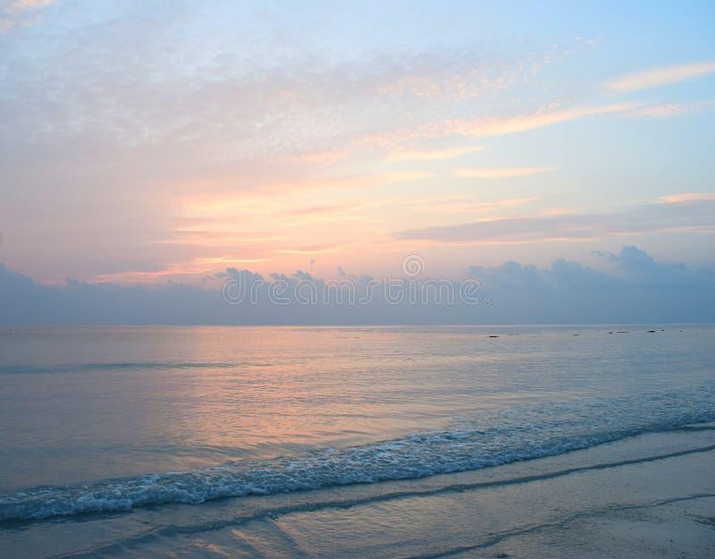 Cores do nascer do sol no céu sobre o oceano - praia de Kalapathar, ilha de Havelock, ilhas Nicobar de Andaman, Índia foto de stock royalty free