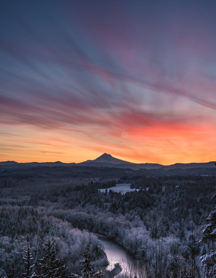 Cores do nascer do sol sobre o Mt capa fotos de stock