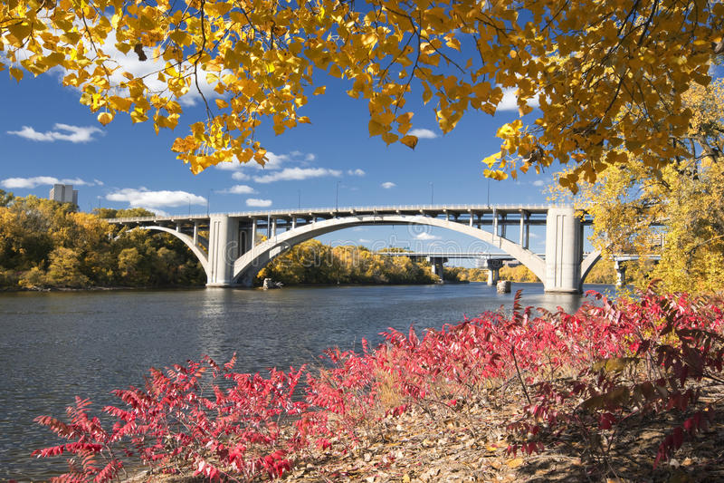 Cores do outono com a ponte sobre o rio Mississípi, Minnesota fotos de stock