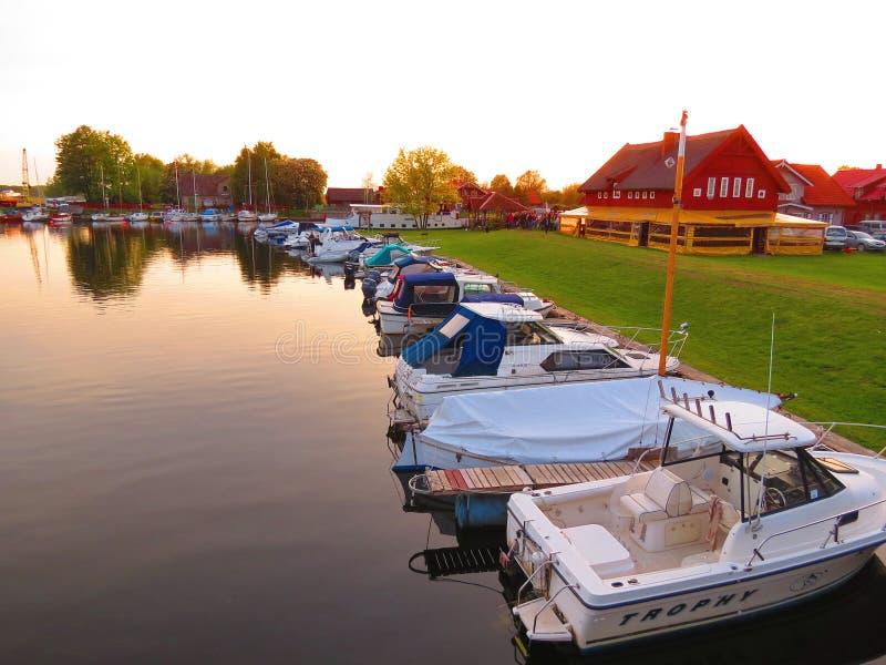Cores do por do sol na vila, Lituânia foto de stock royalty free