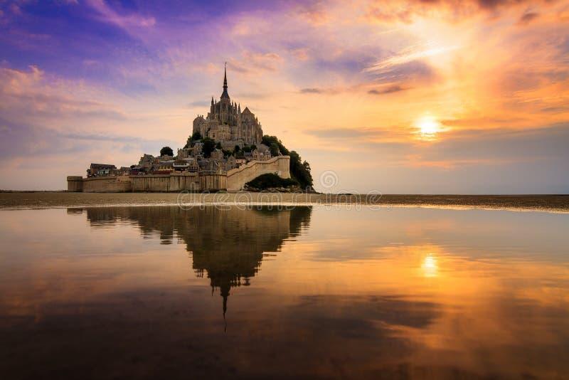 Cores do por do sol em Le Mont Saint-Michel imagens de stock