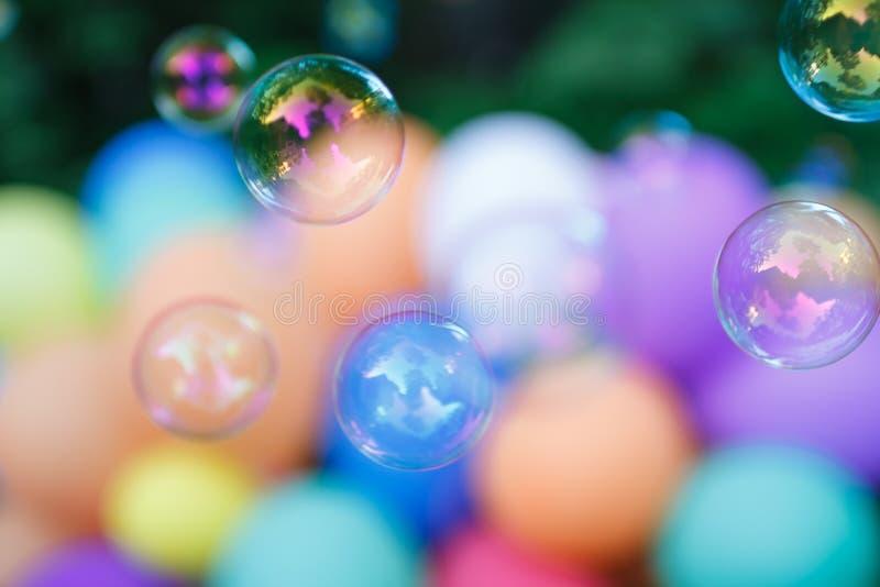 Cores pastel do backgroynd dos balões das bolhas de sabão imagem de stock