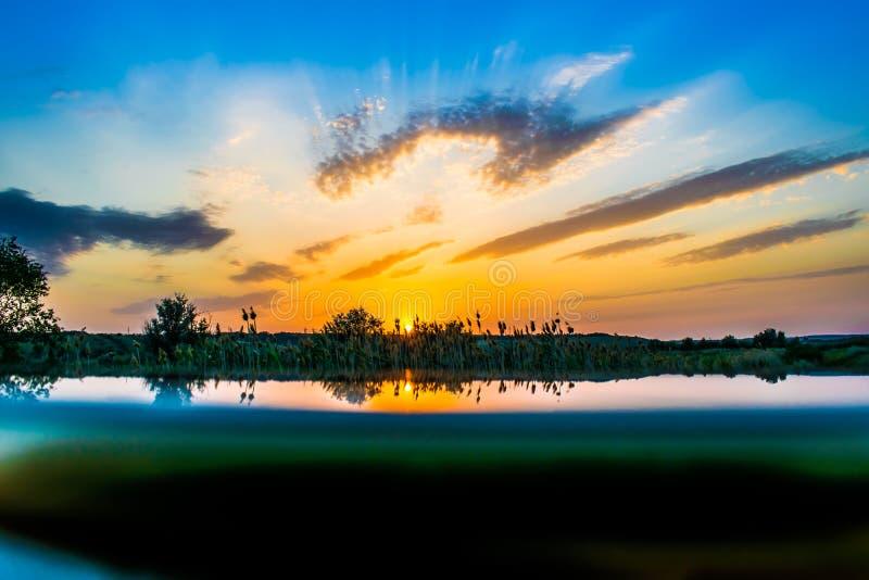 Cores quentes e mornas e máscaras de paisagens bonitas de Rússia na região de Rostov Campos locais de girassóis amarelos de flore imagens de stock