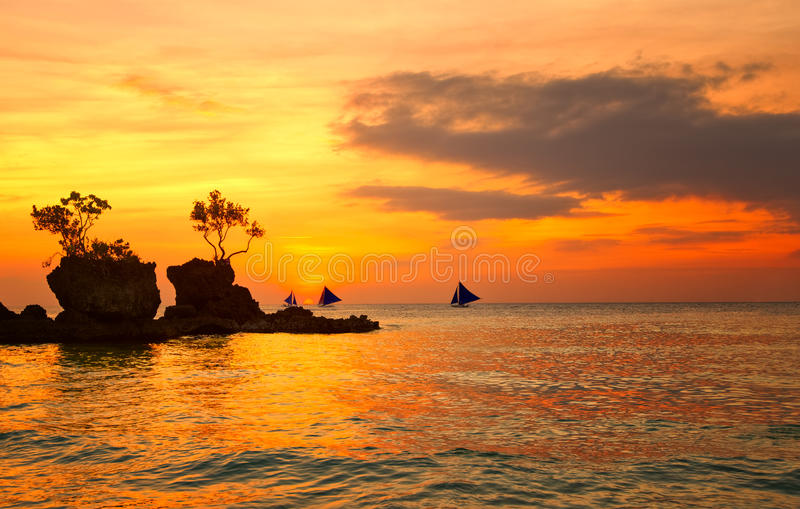 Cores surpreendentes do por do sol tropical foto de stock