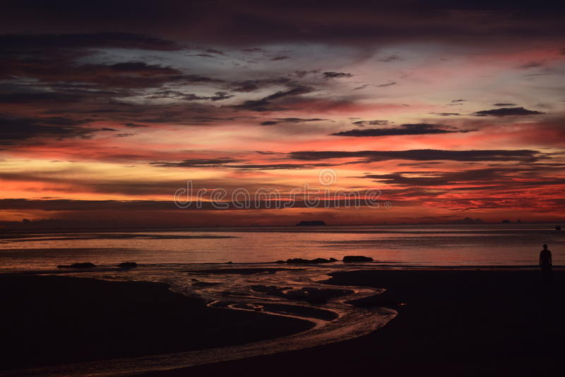 Cores verdadeiramente surpreendentes do céu no por do sol em Koh Lanta fotos de stock