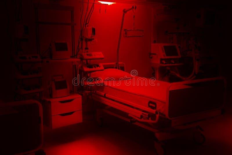 Cores vermelhas dramáticas escuras cuidados intensivos das urgências do hospital do medo e da ansiedade equipamento moderno, conc fotos de stock