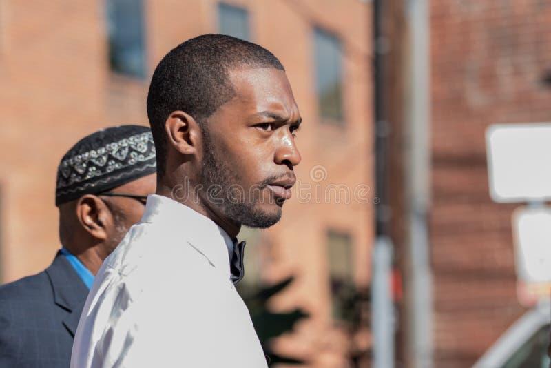 Corey Long con la detención de Jeroyd Greene en el tribunal de distrito de Charlottesville fotos de archivo