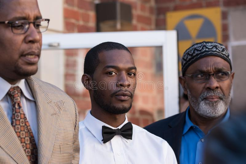 Corey Tęsk z prawnika Malik zulu Shabazz i Jeroyd Greene aresztem przy Charlottesville sąd rejonowy, sąd okręgowy obraz royalty free