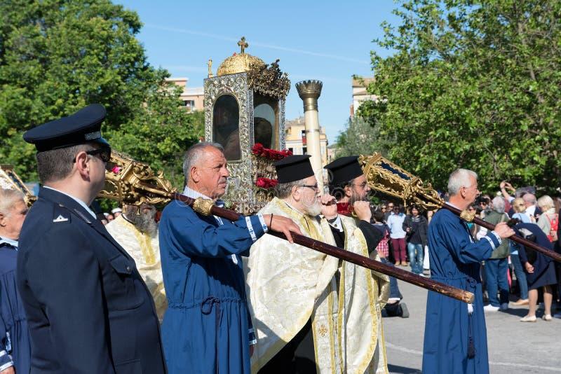 CORFÚ, GRECIA - 30 DE ABRIL DE 2016: La procesión con las reliquias del santo patrón de Corfú, santo Spyridon foto de archivo libre de regalías