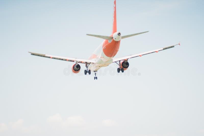 CORFÚ, GRECIA - 7 de junio de 2018: Tierras de los aviones de la línea aérea de EasyJet al aeropuerto de CFU en Corfú imagenes de archivo