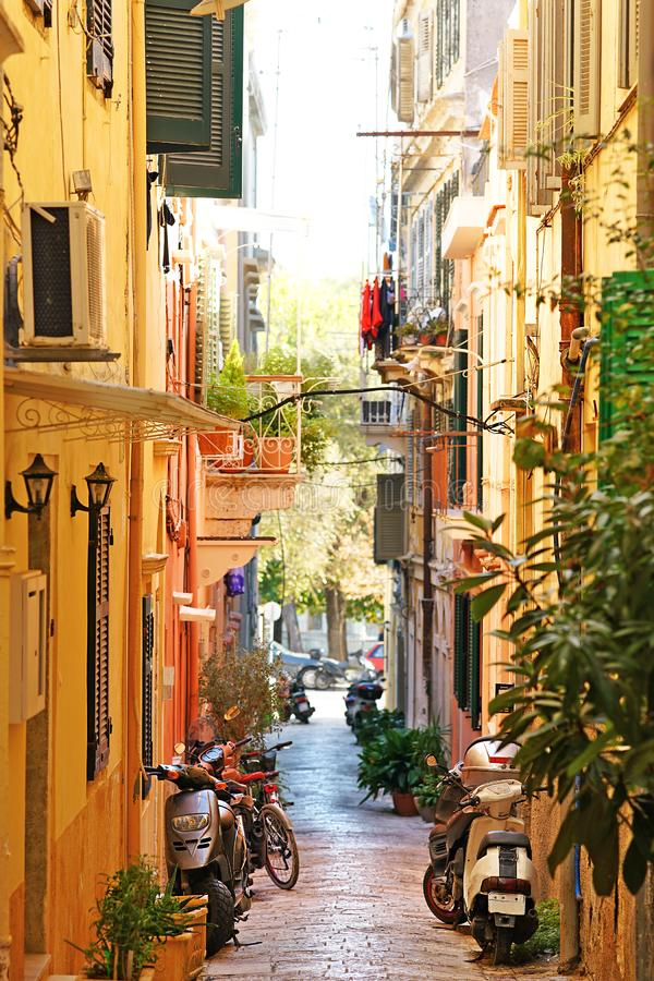 Corfú, Grecia, el 18 de octubre de 2018, escenas de la vida cotidiana en el centro de ciudad imagen de archivo libre de regalías