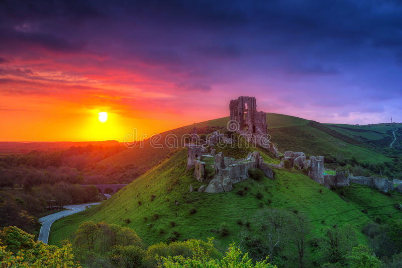 Corfe的废墟防御在美好的日出在县多西特 免版税库存图片