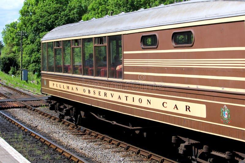 Corfe England - Juni 03 2018: Pullmanobservationsbilen som väntar i Corfe slottstation på den Swanage ångajärnvägen i Dorset arkivfoton
