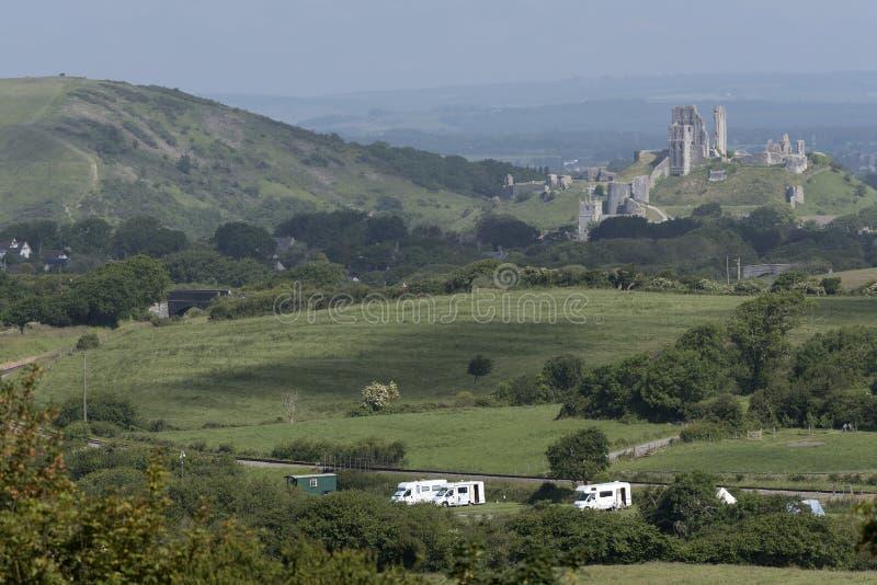 Corfe kasztel i motorhome campingu ziemia Dorset Anglia UK zdjęcie stock