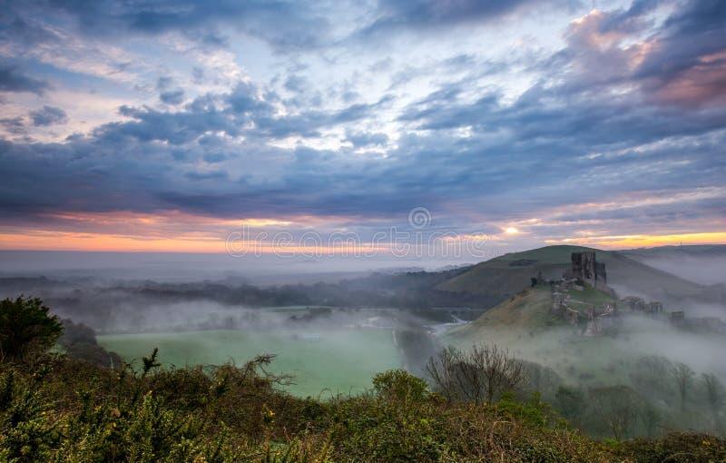 Corfe-Schloss auf einem nebelhaften Morgen lizenzfreies stockbild