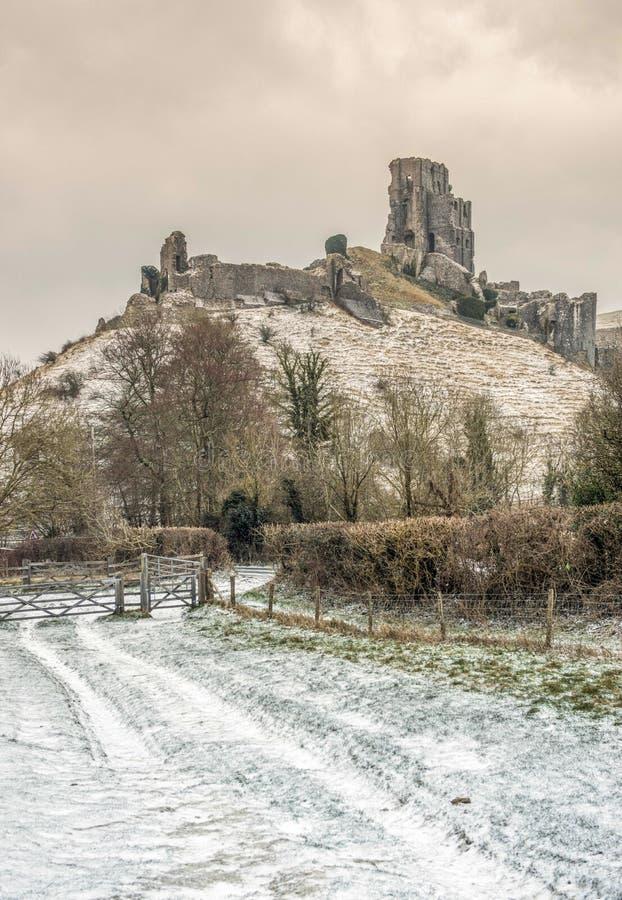 Corfe-Schloss in Dorset während eines schneebedeckten Morgens der Winter stockfoto