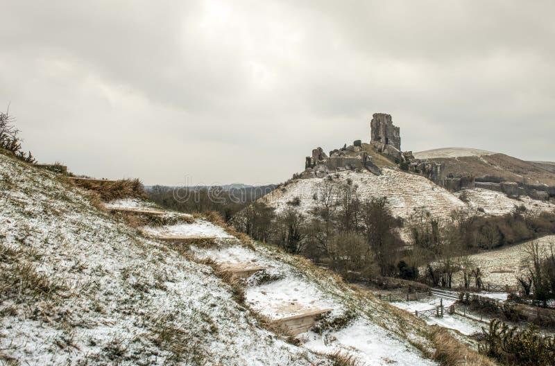 Corfe-Schloss in Dorset während eines schneebedeckten Morgens der Winter stockbild