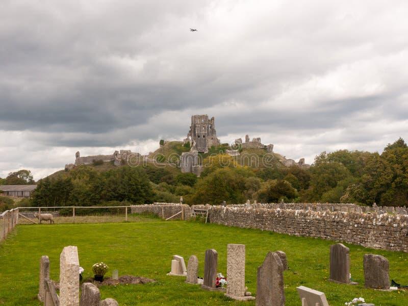 corfe Schlosstageslicht bewölkt Himmelschlossruinen mittelalterliches Dorset so stockbild