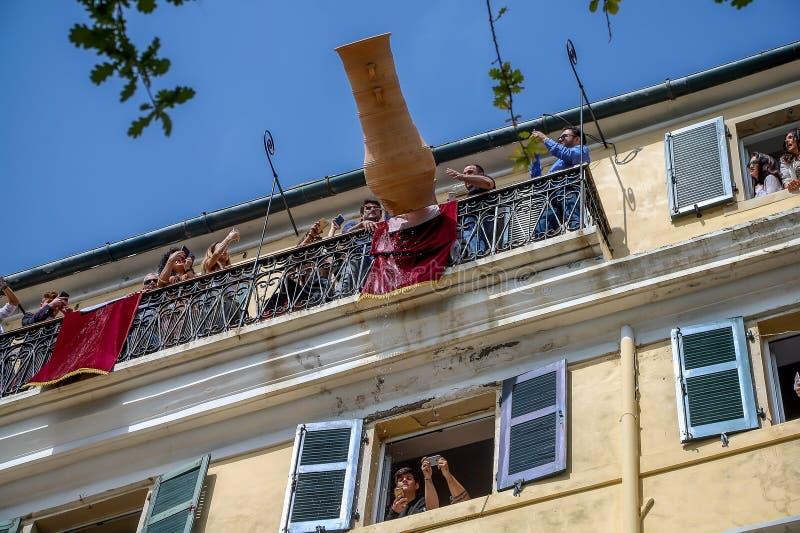 Corfians rzutu gliniani garnki od okno i balkony na ?wi?tej Sobocie ?wi?towa? rezurekcj? Chrystus obraz royalty free