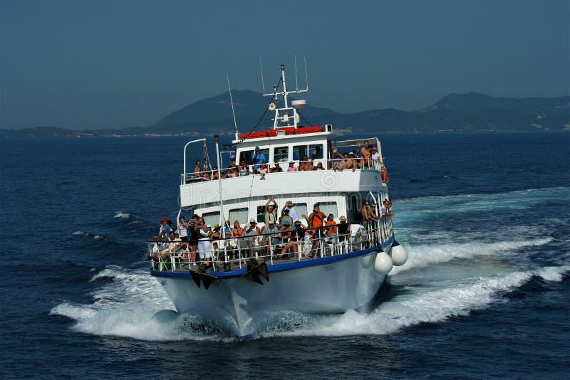Corfou : bateau serré des touristes image libre de droits