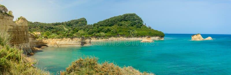 Corfou, d& x27 de canal de Sidari ; Panorama d'intrigue amoureuse sur les falaises pittoresques de grès image libre de droits