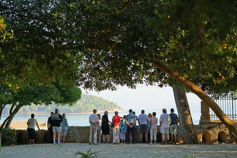 Corfou, Grèce, le 18 octobre 2018, des touristes de diverses nationalités admirent un des paysages de la ville photo stock