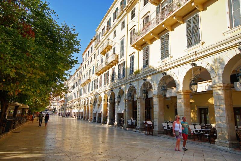 Corfou, Grèce, le 18 octobre 2018, le Liston est un bâtiment dans la place de Spianada qui attire beaucoup de touristes photo libre de droits