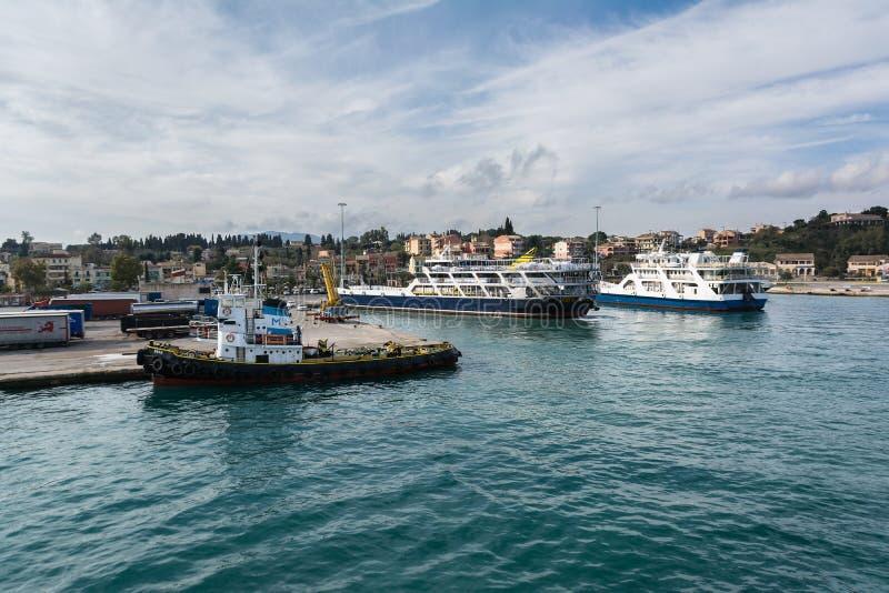 CORFOU, GRÈCE - 5 MARS 2017 : Ferries dans le port de l'île de Corfou, Grèce La ville de Corfou est l'un des endroits les plus ro photo libre de droits