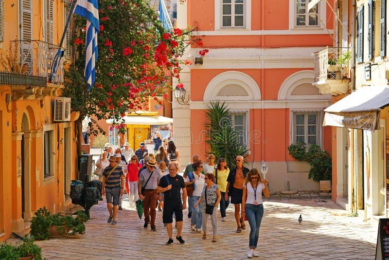 CORFOU, GRÈCE, 18 2018, touristes prennent une visite de la ville accompagnée d'un guide photographie stock
