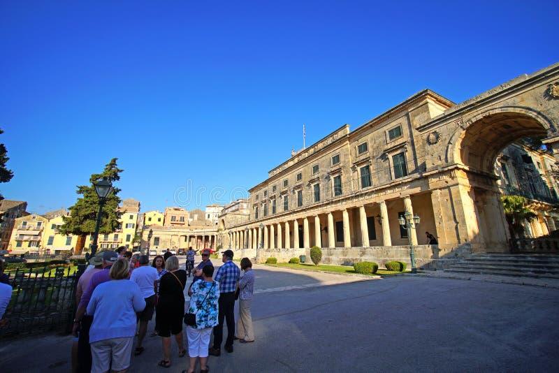 Corfou, la Grèce, le 18 octobre 2018, le palais du Saint Michel et St George dans Piazza Spianada attire beaucoup de touristes photos libres de droits