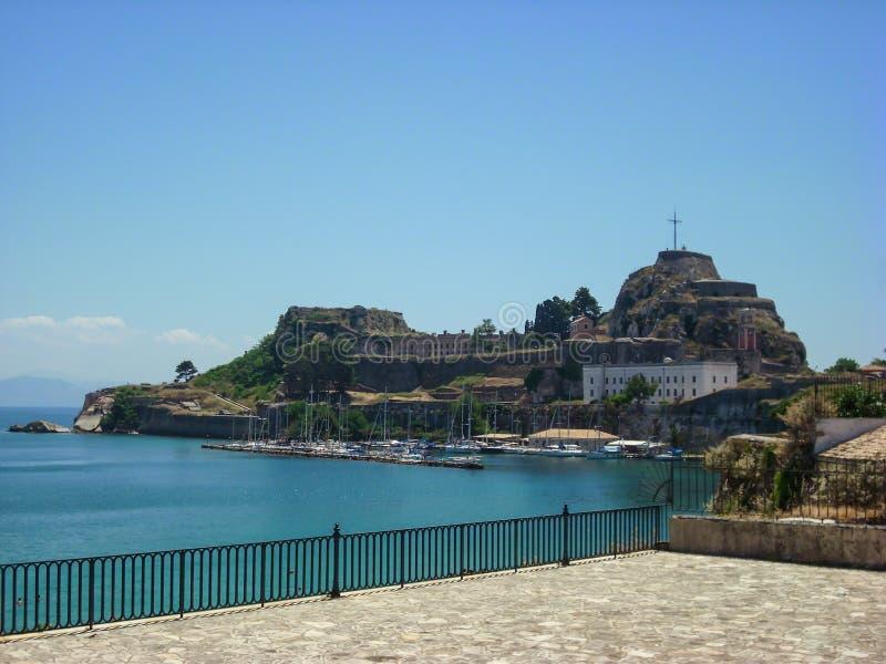 corfu希腊海岛 小船在背景中端起和老Kerkyra堡垒 库存图片