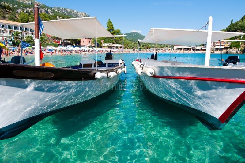 CORFU-AUGUST 26 :与小船的Palaiokastritsa海滩在8月26,2014的水在科孚岛,希腊海岛上  免版税库存照片