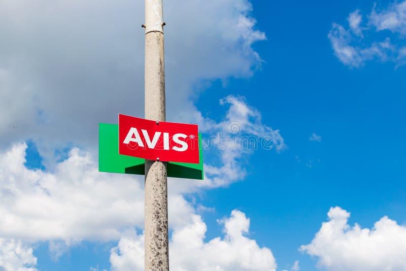 Corfu Grecja, Lipiec, -, 2018: Avis czynsz samochodowy znak przeciw niebieskiemu niebu obrazy royalty free