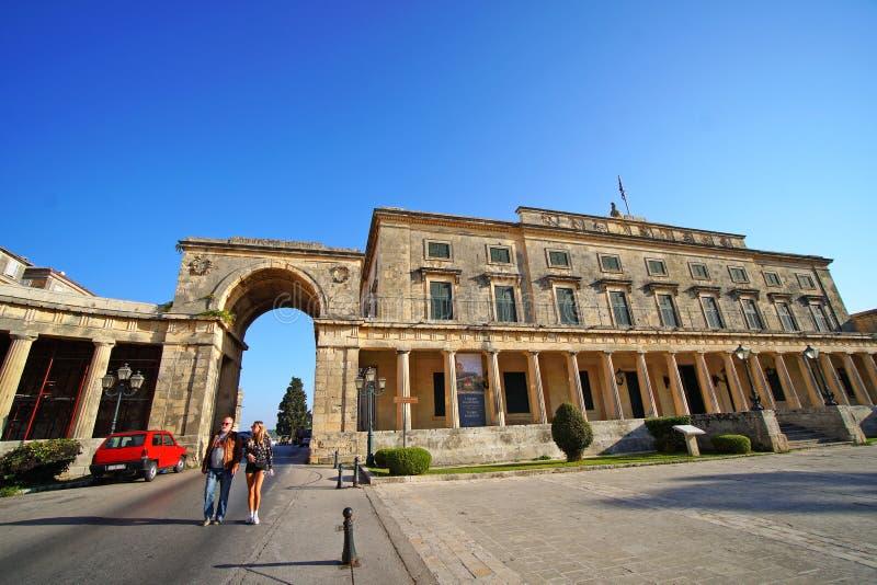 Corfu, Grecja, Październik 18 pałac saint michel i Świątobliwy George w piazza Spianada, 2018, przyciągamy wiele turystów zdjęcie stock