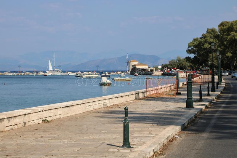 Corfu nabrzeża Grodzki deptak zdjęcie stock