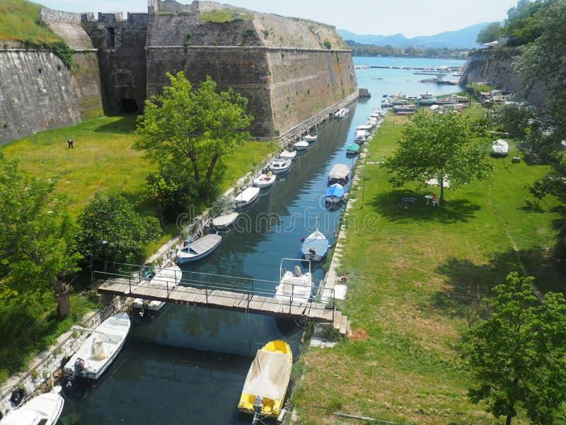 Corfu, stary Forteczny łódź port fotografia royalty free