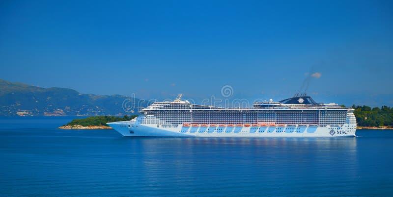 CORFU wyspa, GRECJA, JUN, 06, 2014: Widok na gigantycznym zadziwia białym turystycznym pasażerskim liniowu w Ionian morzu MSC fan fotografia royalty free