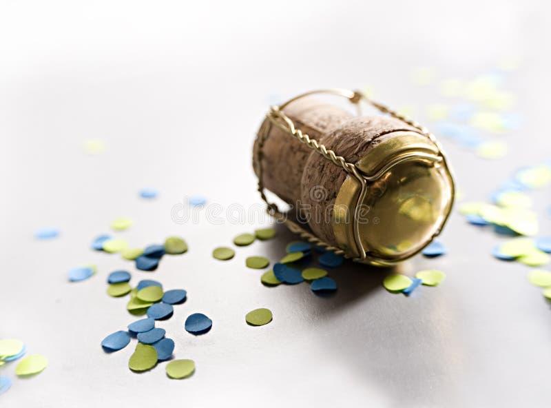 Coriandoli blu e gialli con sughero immagini stock libere da diritti