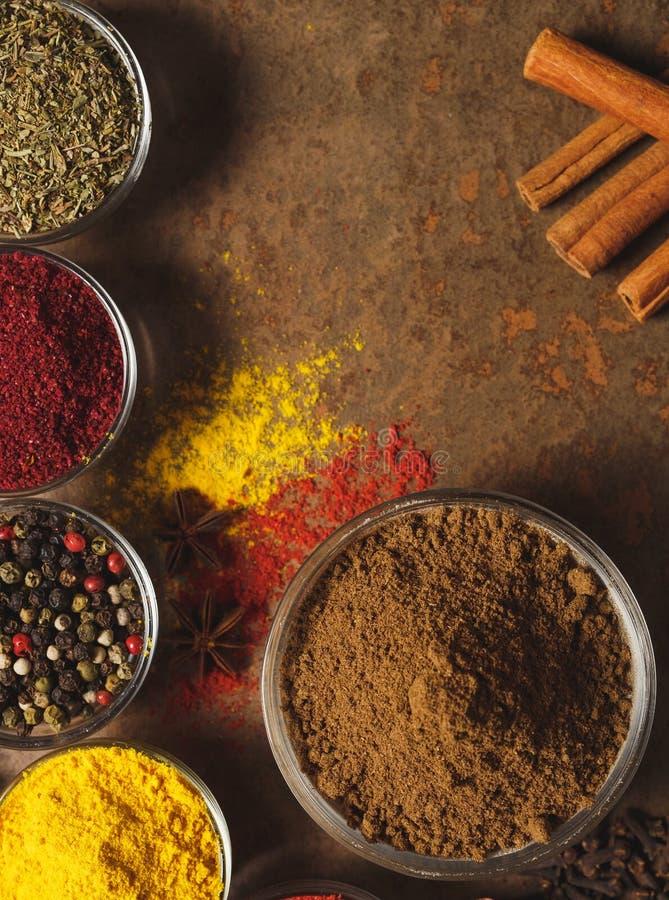 Coriandre moulue Place pour le texte Différents types d'épices dans une cuvette sur un fond en pierre La vue ? partir du dessus image stock