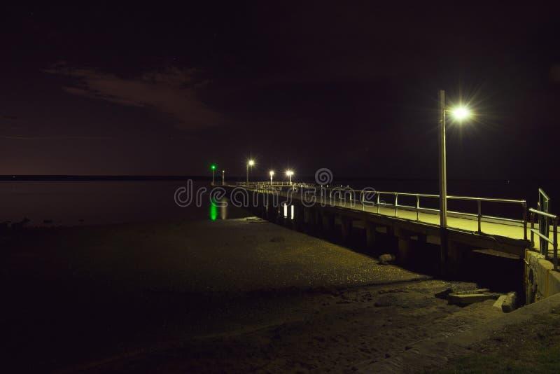 Corinellapijler bij nacht van de kant wordt bekeken die stock afbeelding