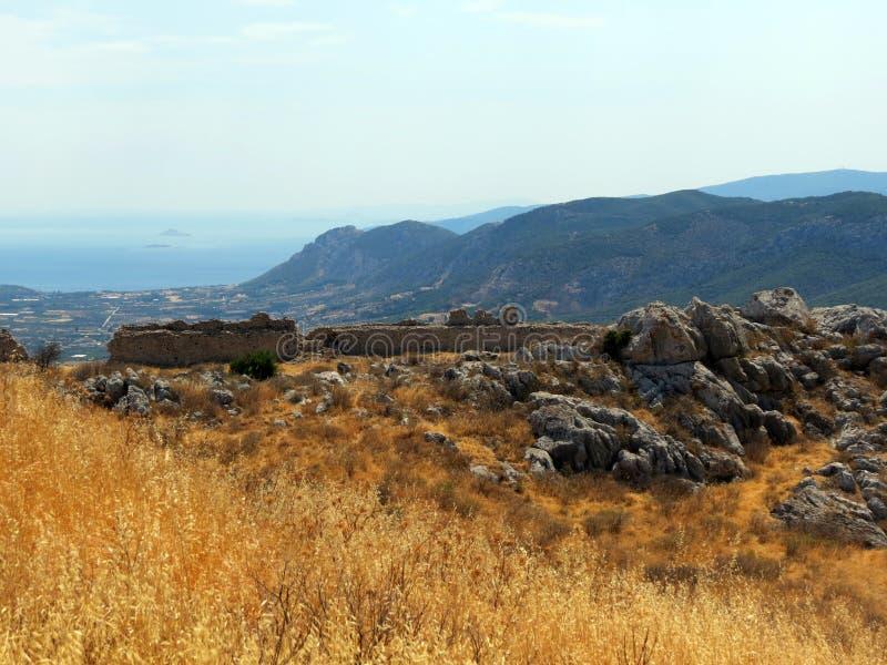 Corinth, as inclinações sol-chamuscadas da fortaleza antiga imagem de stock royalty free