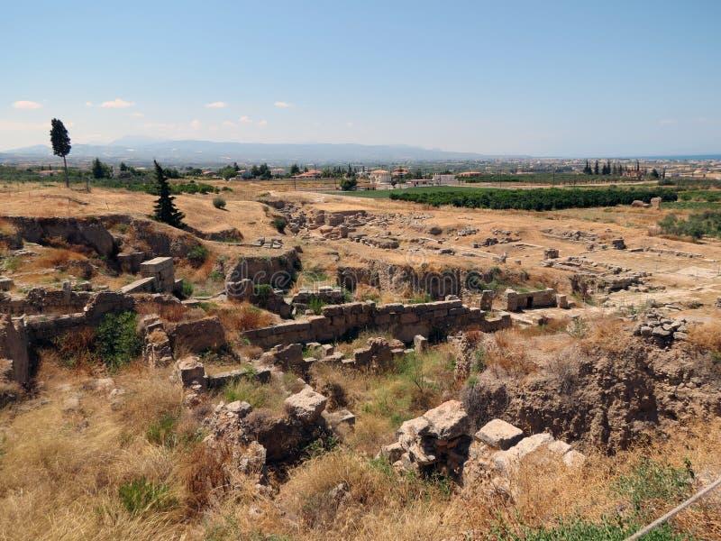 Corinth, ruínas antigas e uma vista do Peloponnese imagens de stock