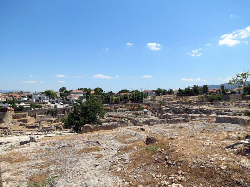 Corinth, vista de ruínas antigas e da cidade moderna foto de stock