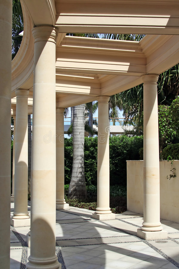Corinthische pijlers en weg royalty-vrije stock foto