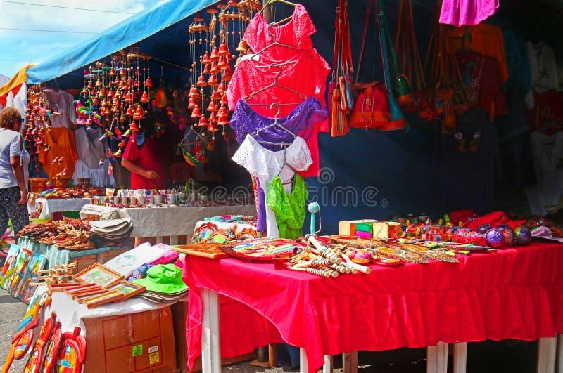 Corinto, Νικαράγουα 10 Οκτωβρίου 2018 Τουρίστες που κοιτάζουν βιαστικά στα καταστήματα με τα ζωηρόχρωμα αγαθά, ενδύματα, μπλούζες στοκ φωτογραφίες με δικαίωμα ελεύθερης χρήσης